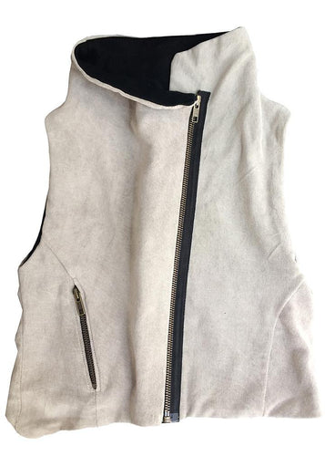 100% cotton vest completely lined, sleeveless with wide armholes and diagonal front zipper. Very smart, cool, comfortable and soft. Unisex. Available in two colors: silver gray and purple.