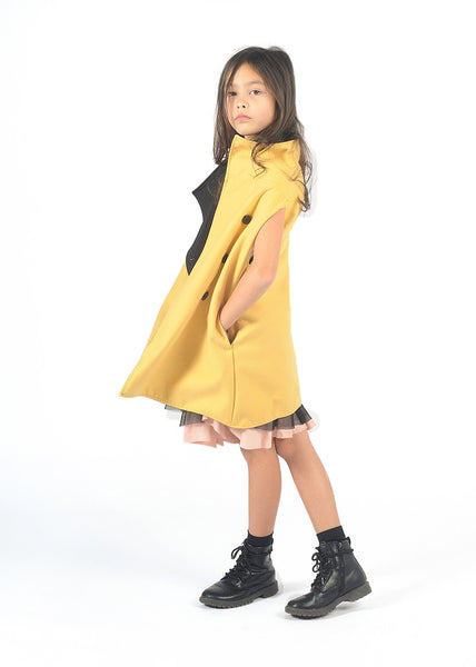 Reversible sleeveless long raincoat + vest. In one side is a stylish yellow cloth vest, and in the other a super cool black sleeveless raincoat. Diagonal buttoned front, side pockets, wide armholes, detachable hood. This is a super trendy vest, so cool and smart, minimalist. Unisex.