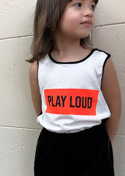 The coolest muscle-tee, with double shoulders in black morley avoiding internal seams. A large PLAY LOUD in orange and black goes straight to the point. Remind us of The Clash and the punk rebelliousness, with such a style and power that is a MUST to use non-stop. Unisex.