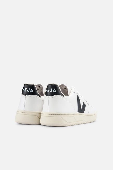 V-10 by Veja in Extra White/black 3