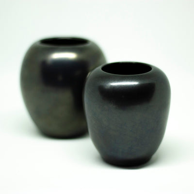 yesterday small set of black vases - een stip
