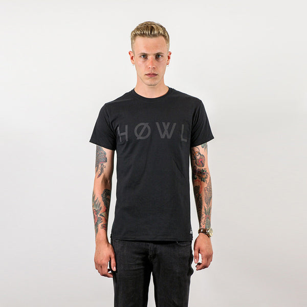 HOWL classic tee black worn by Sam Thompson