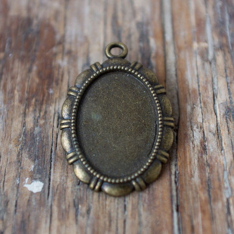 Pendant Finding: Scalloped Edge, Antique Brass
