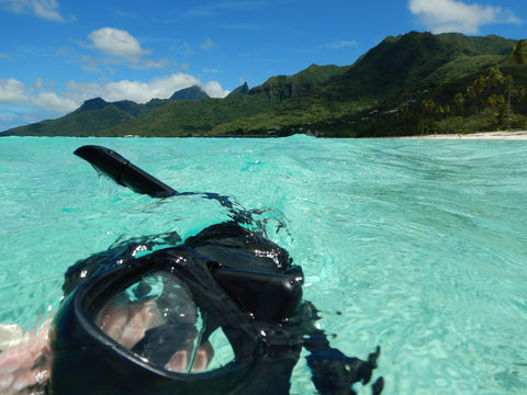 a dive mask in blue tahitian lagoon