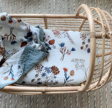 Load image into Gallery viewer, POP YA TOT - A LITTLE POSY MUSLIN BASSINET SHEET