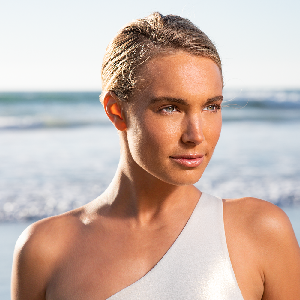 Woman with medium skin tone wearing Sunforgettable® Total Protection™ Face Shield Bronze SPF 50 || all