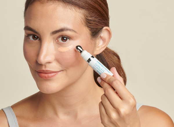 woman applying total eye 3-IN-1 RENEWAL THERAPY SPF 35
