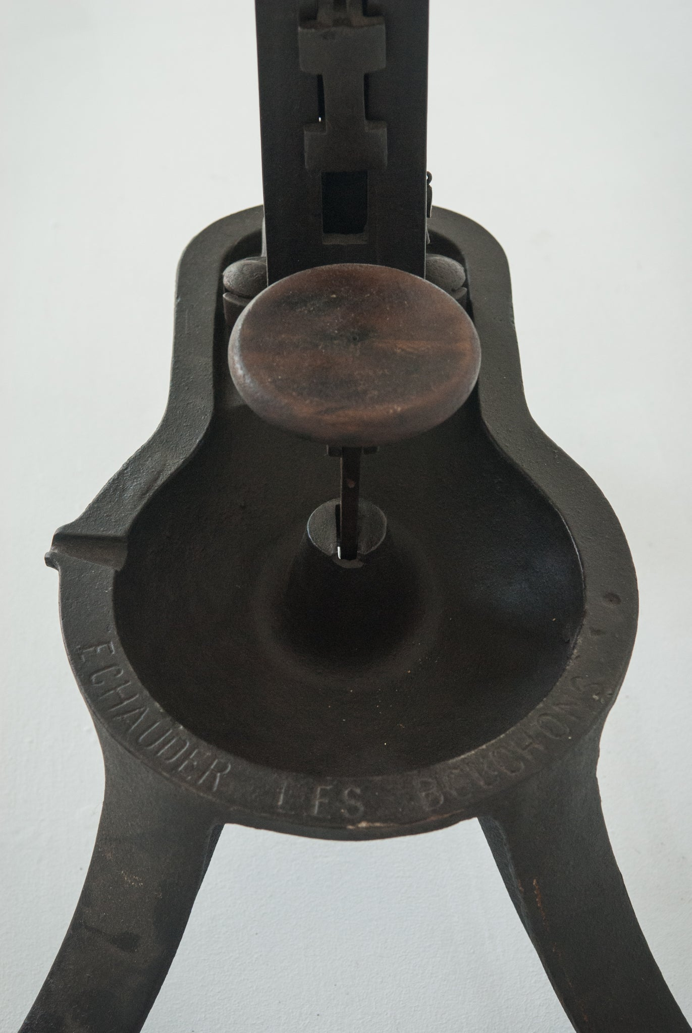 A Cast Iron Table Mounted Wine Bottle Corker_Detail 7