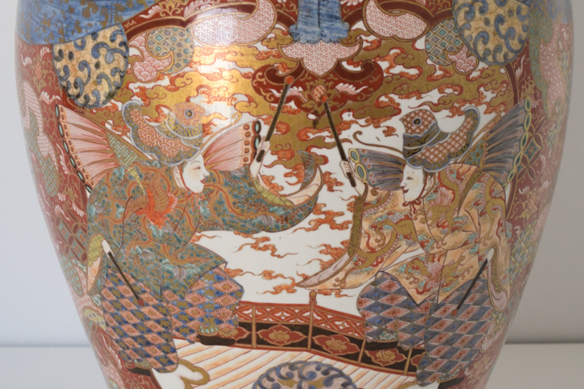 Large Arita Jar and Lid decorated with images of Samurais and Geishas_Detail