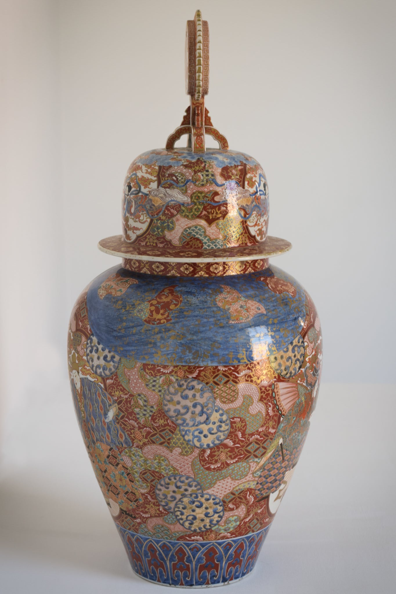 Large Arita Jar and Lid decorated with images of Samurais and Geishas_2