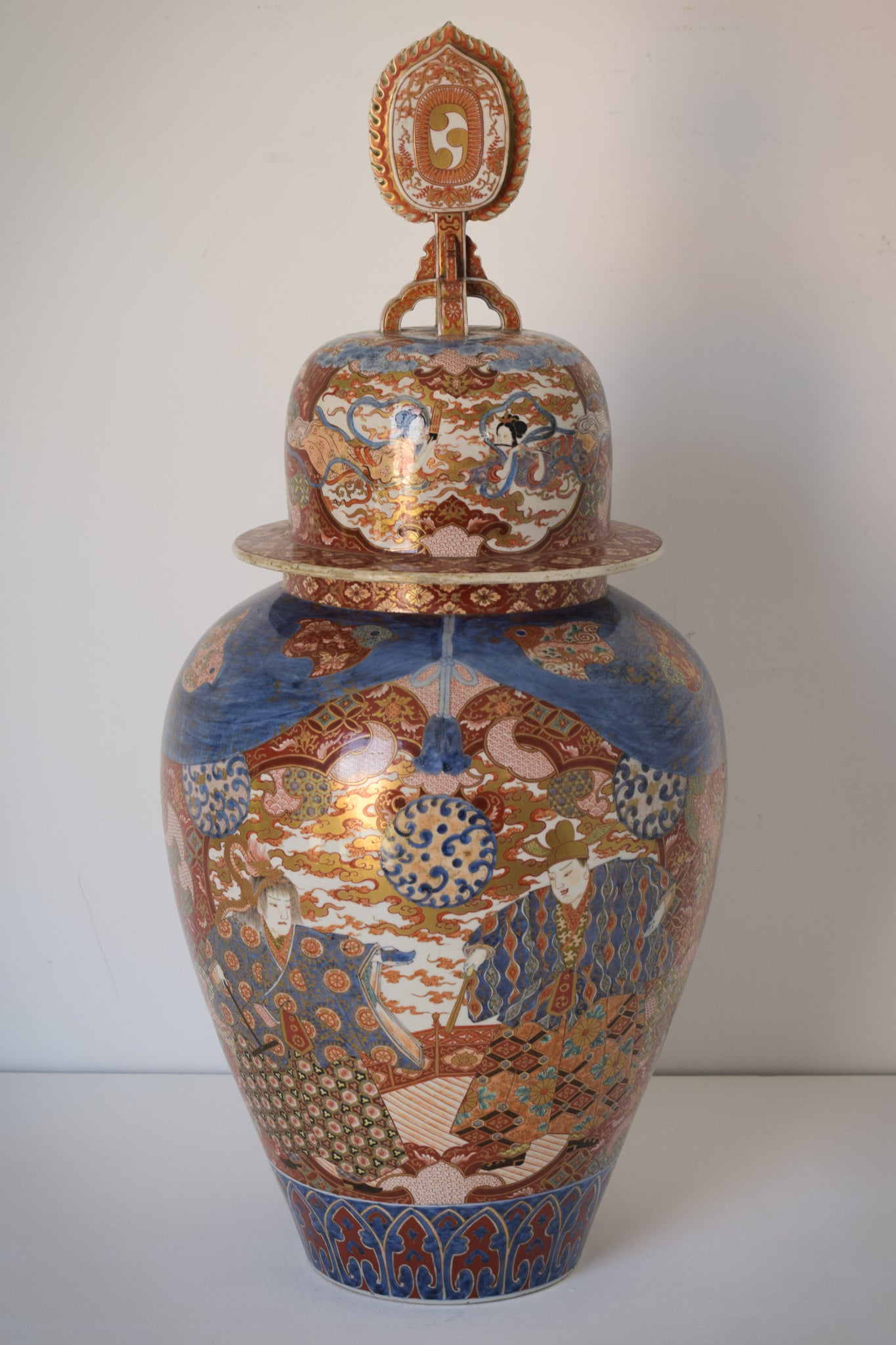Large Arita Jar and Lid decorated with images of Samurais and Geishas_4