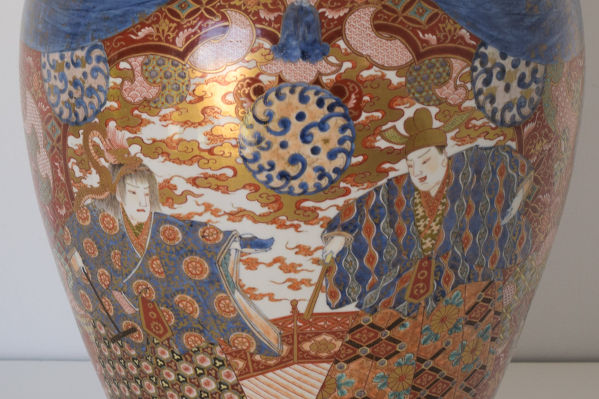Large Arita Jar and Lid decorated with images of Samurais and Geishas_Detail 4