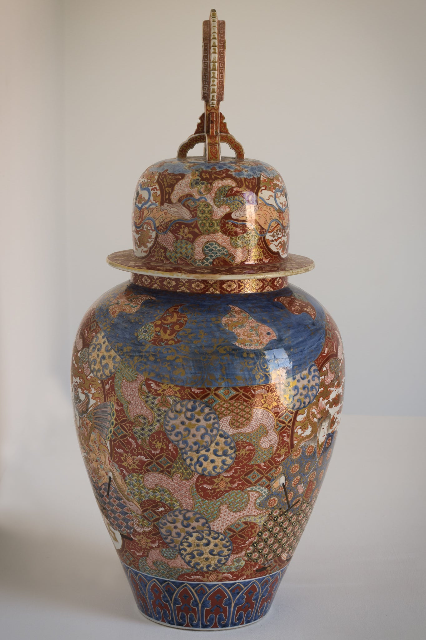 Large Arita Jar and Lid decorated with images of Samurais and Geishas_5