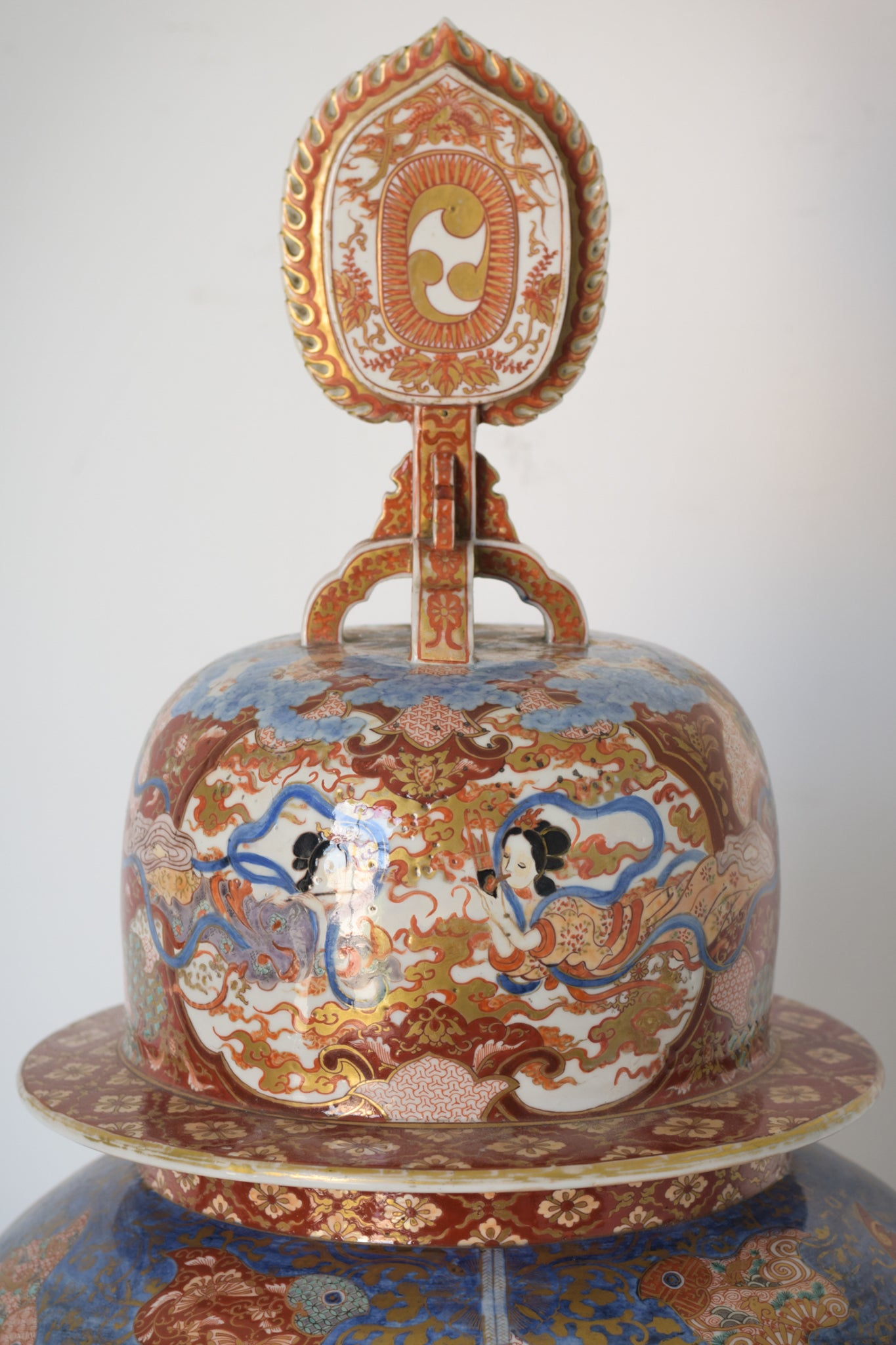 Large Arita Jar and Lid decorated with images of Samurais and Geishas_Detail 7