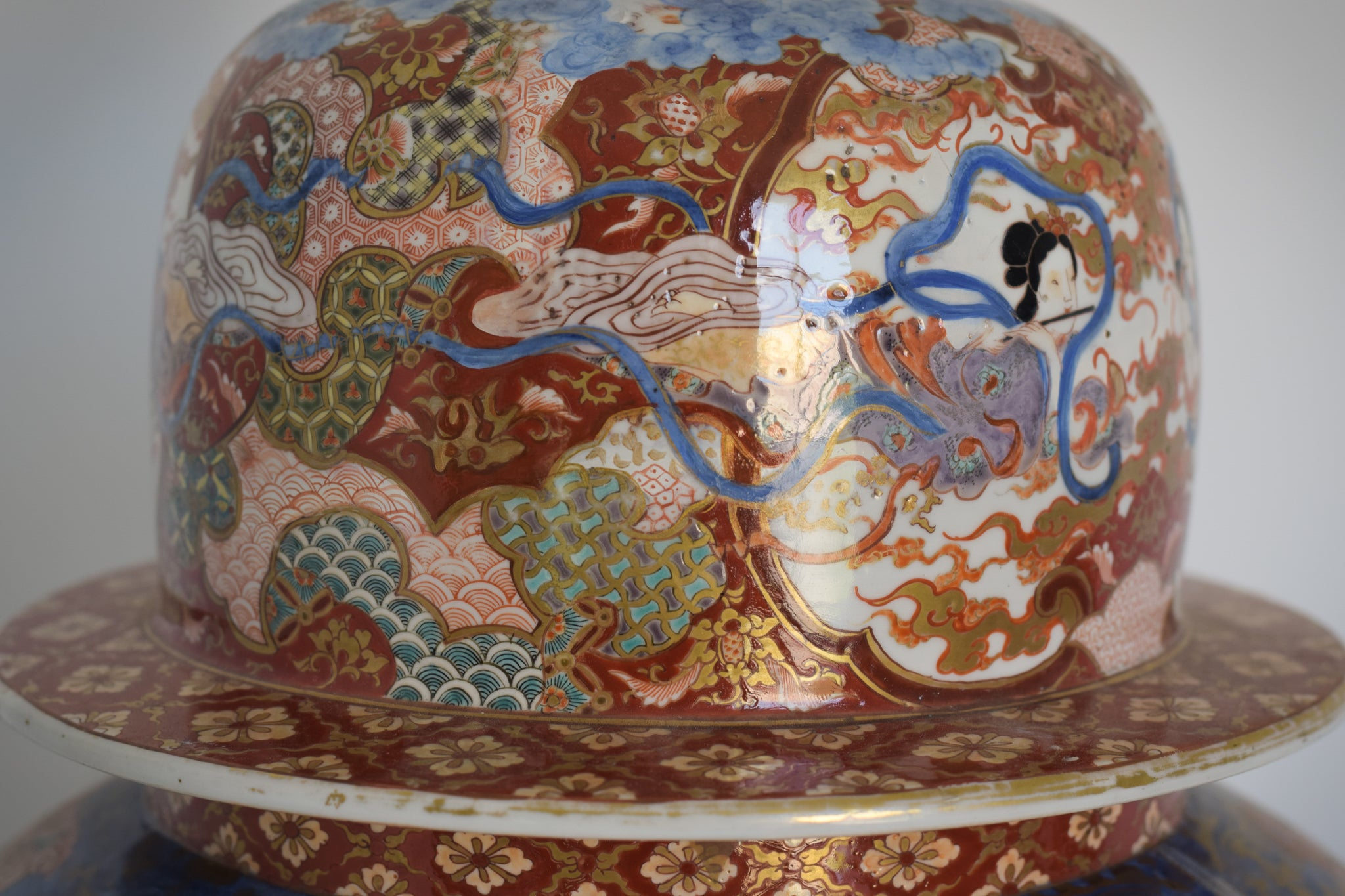 Large Arita Jar and Lid decorated with images of Samurais and Geishas_Detail 8