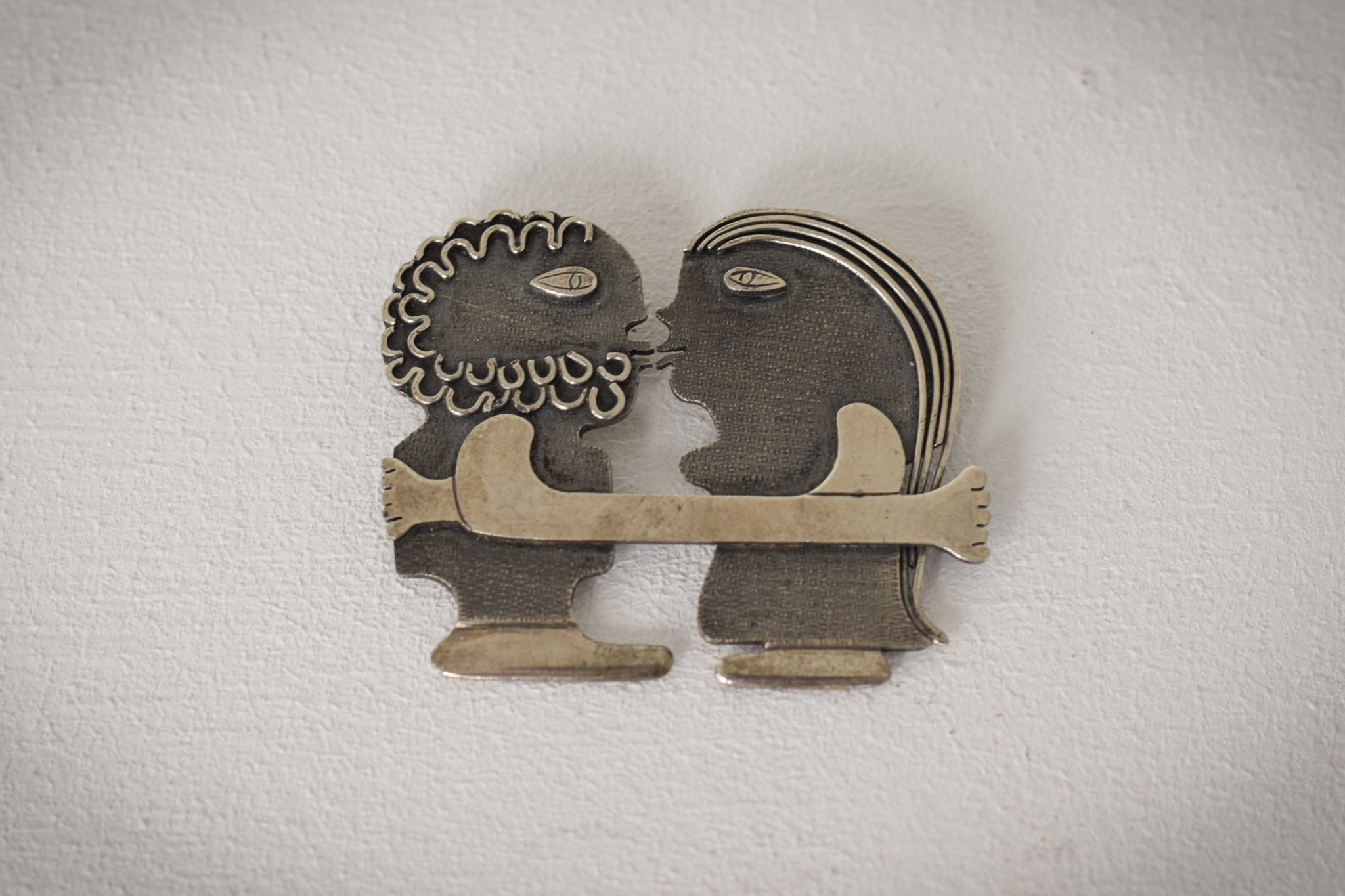 Kissing Couple - Contemporary Jewellery