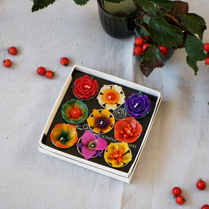 Adding a tropical vibe with these big scented tealights in assorted tropical flower designs. Each flower candle pops up high from the tin cup showing off their beauty. Scented with Indian jasmine a sweet and fresh fragrance which will bring joy to your home.