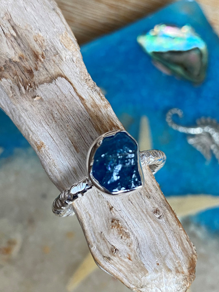Vibrant - Raw blue kyanite gemstone hammered sterling silver stacking ring - Size 8