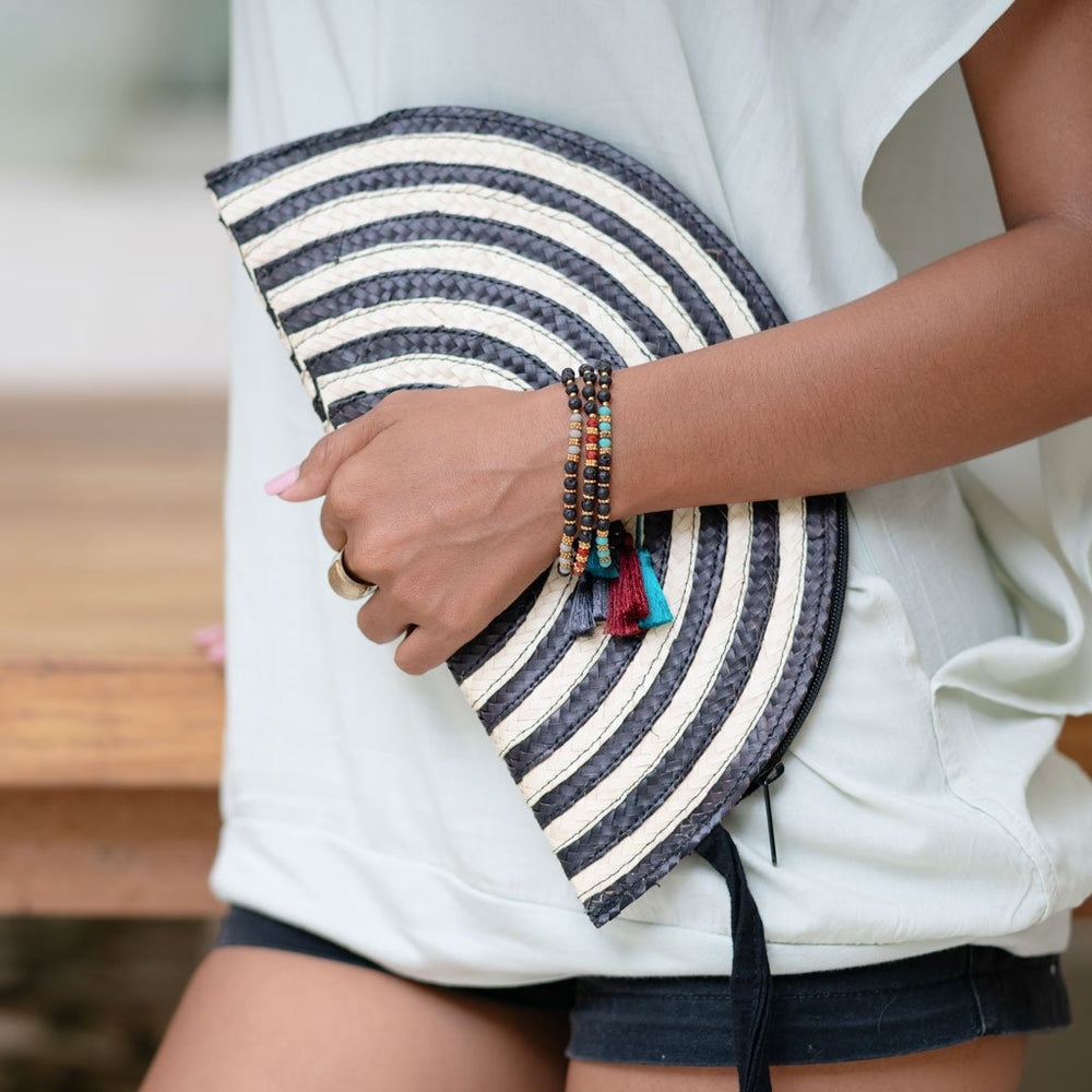 pouch pandan moon black / natural on model