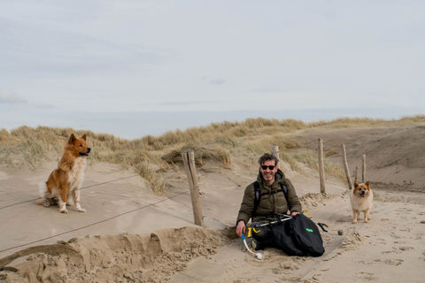 Daan and his dogs happy after a beach cleanup and plogging