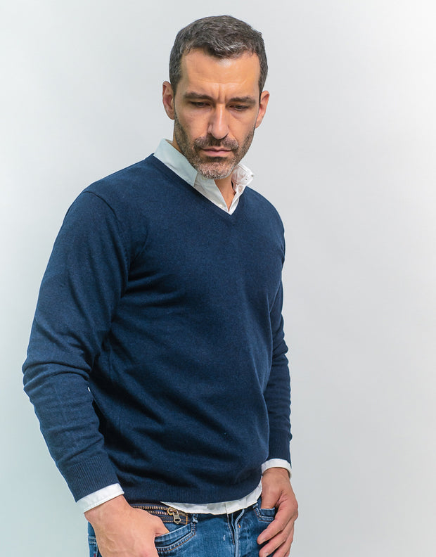 The Classic Cashmere V-Neck Pullover in Nero Navy