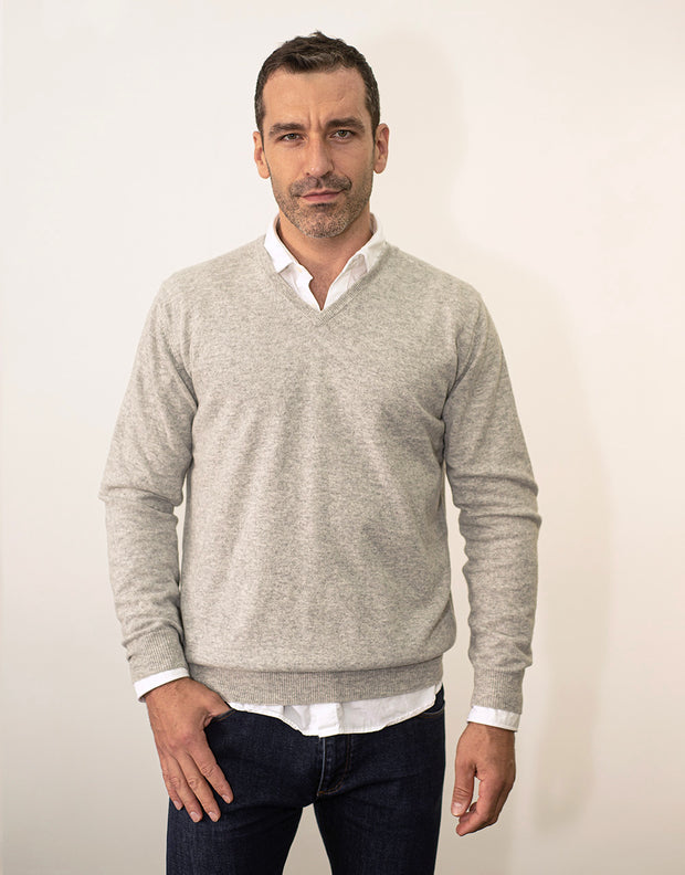 The Classic Cashmere V-Neck Pullover in Silver Melange