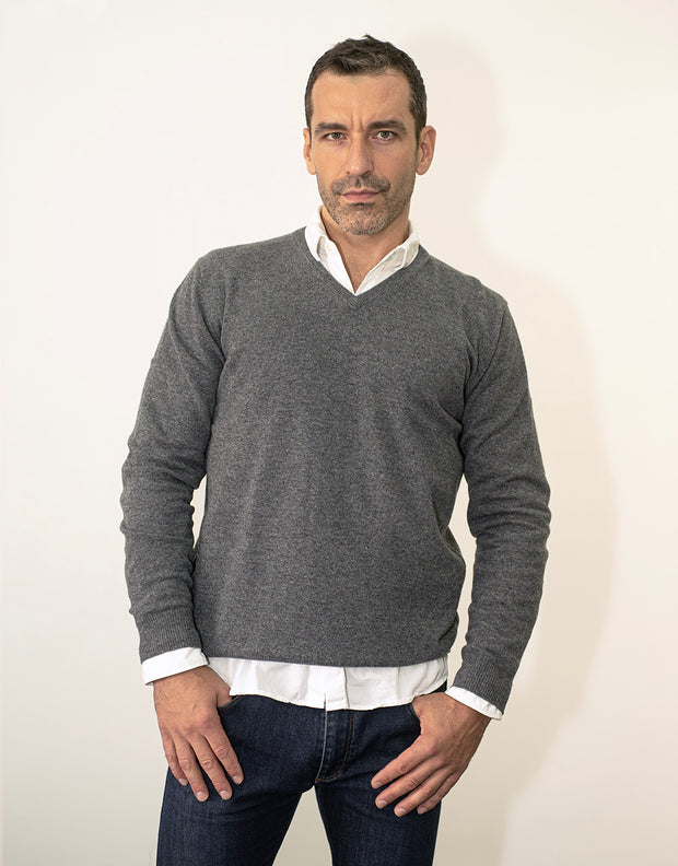 The Classic Cashmere V-Neck Pullover in Flanell