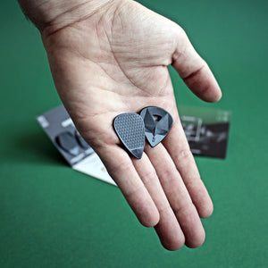 Hold guitar pick