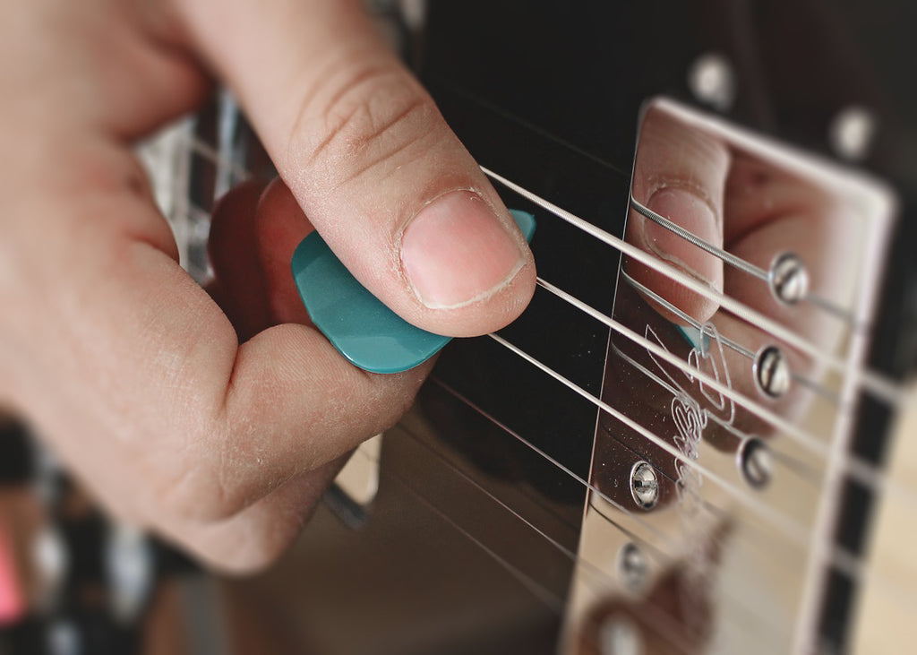 How to hold guitar pick