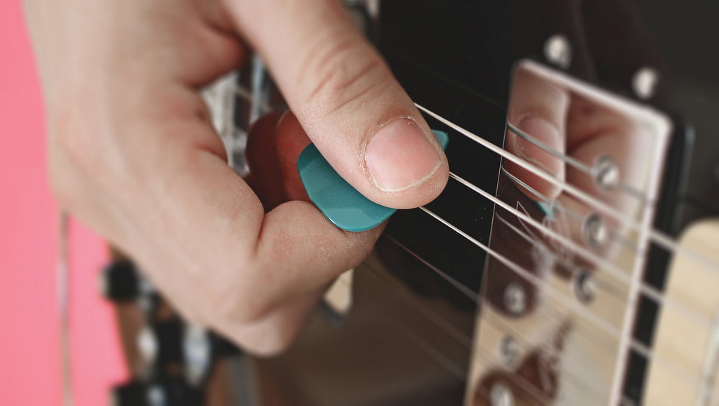 how-to-hold-guitar-pick