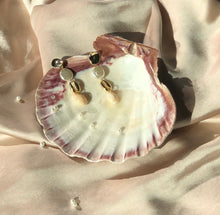 Load image into Gallery viewer, Shell Earrings White
