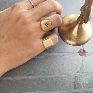 Tagged Initial Signet Ring | Gold - FYU DESIGNS