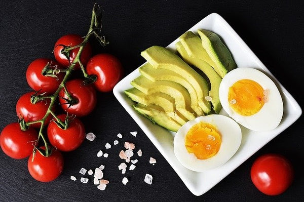 avocado with eggs and tomatoes
