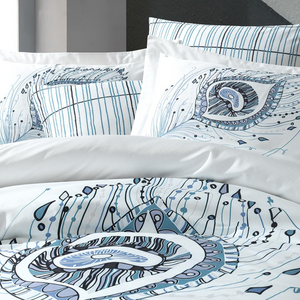 Duvet cover and pillowcases decorated with geometrical designs, in blue, grey, black colors