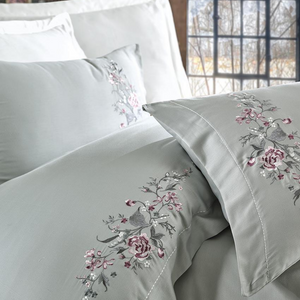 Maldive-blue quilt cover and pillowcases ornamented with bordeaux and grey floral patterns