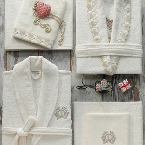 Luxurious gift set for bride and groom, including 2 bathrobes and towels with heart-shaped ornaments