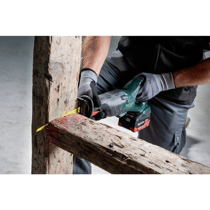 Metabo Reciprocating saw 602267850 cutting through wooden beams