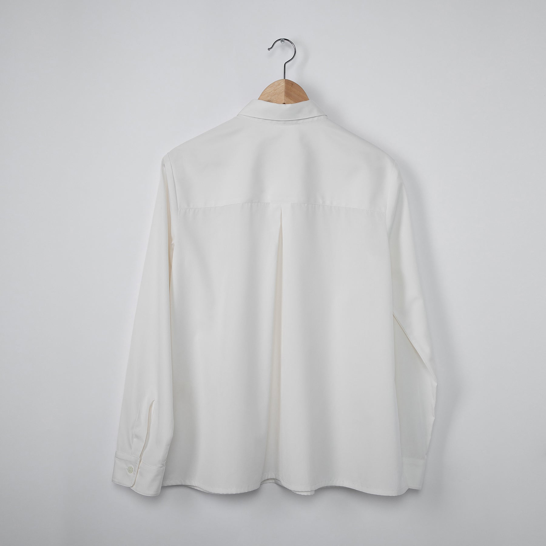White eco shirt. GOTS certified textile. 100% natural. Sustainable fashion.