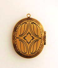 Load image into Gallery viewer, Oval Locket