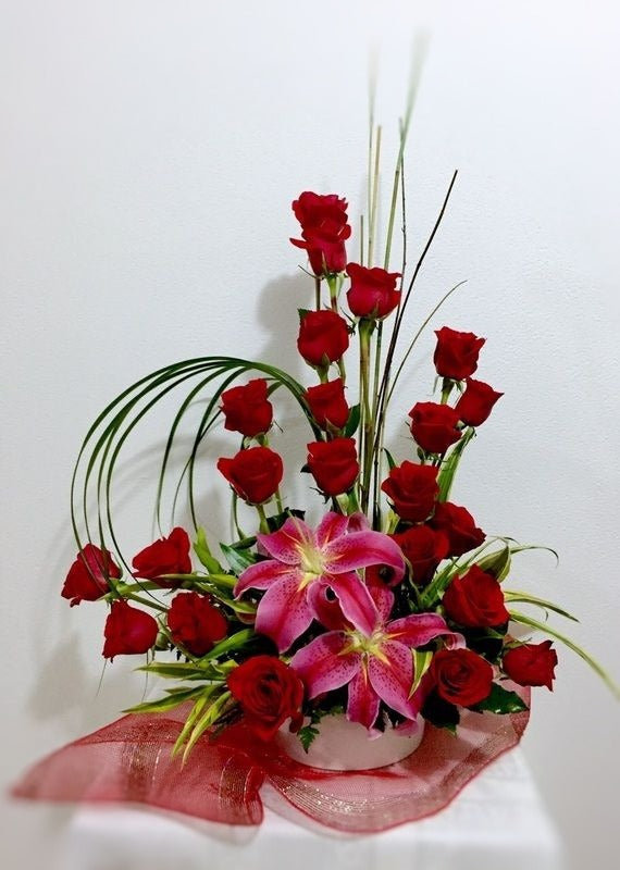 red rose deluxe basket arrangement bouquet chicago illinois flower delivery florist in chicago il 60634 60647 same day flower delivery anniversary gift wife girlfriend long stem red roses
