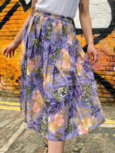 Load image into Gallery viewer, Vintage 70s Skirt Pleated in Pastel Purple with Flower Print in S