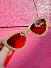 Load image into Gallery viewer, Vintage Inspired Sunglasses Cat Eye Shape in Cream Orange with UV400