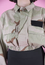 Load image into Gallery viewer, Vintage Reworked Crop Jacket Original US Army in Beige Camo in S/M