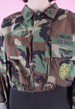Load image into Gallery viewer, Vintage Reworked Crop Jacket Original US Army in Green Camo in M