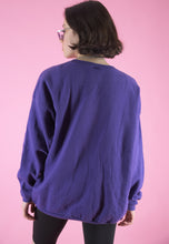 Load image into Gallery viewer, Vintage 90s Sweatshirt Jumper in Purple with Snoopy Print in L