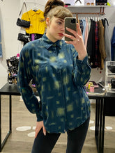 Load image into Gallery viewer, Vintage 90s Shirt Long Sleeve in Blue with Green Pattern and Pocket in M