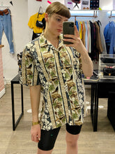 Load image into Gallery viewer, Vintage Shirt Hawaiian Short Sleeved in Beige and Grey with Car and Flower Print in M/L