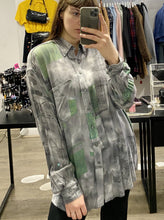 Load image into Gallery viewer, Vintage Shirt Blouse in Grey and Green Abstract Pattern with Pocket in XL