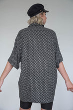 Load image into Gallery viewer, Vintage 90s Shirt Short Sleeved in Black Grey Pattern in XL