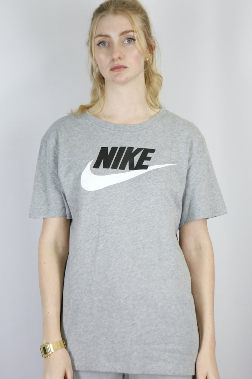 Vintage Nike T-Shirt in Grey in Size M